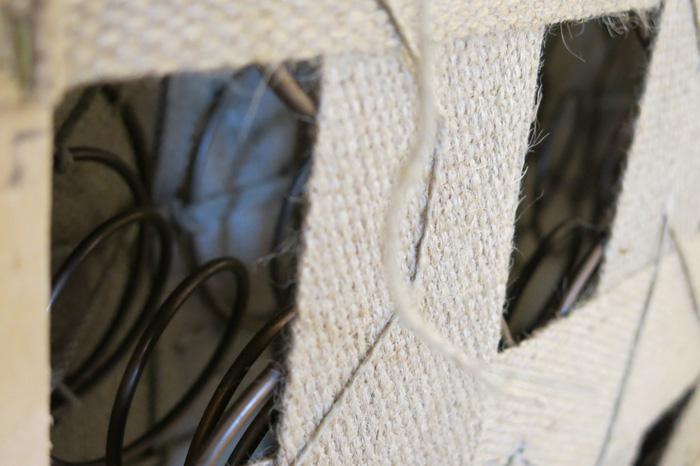Detaljer fra stoppingen i bunnen under ørlappstolen