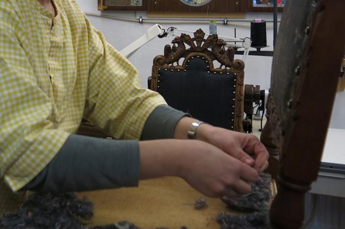 Irene-legger-ullvatt-på-stolsetet