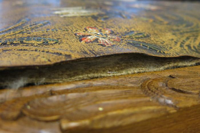 Restaurering av stolrygg med gyldenlær