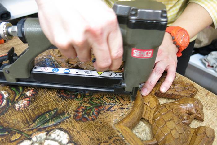 Stiftemaskinen-er-også-et-nødvendig-redskap-for-møbeltapetsereren