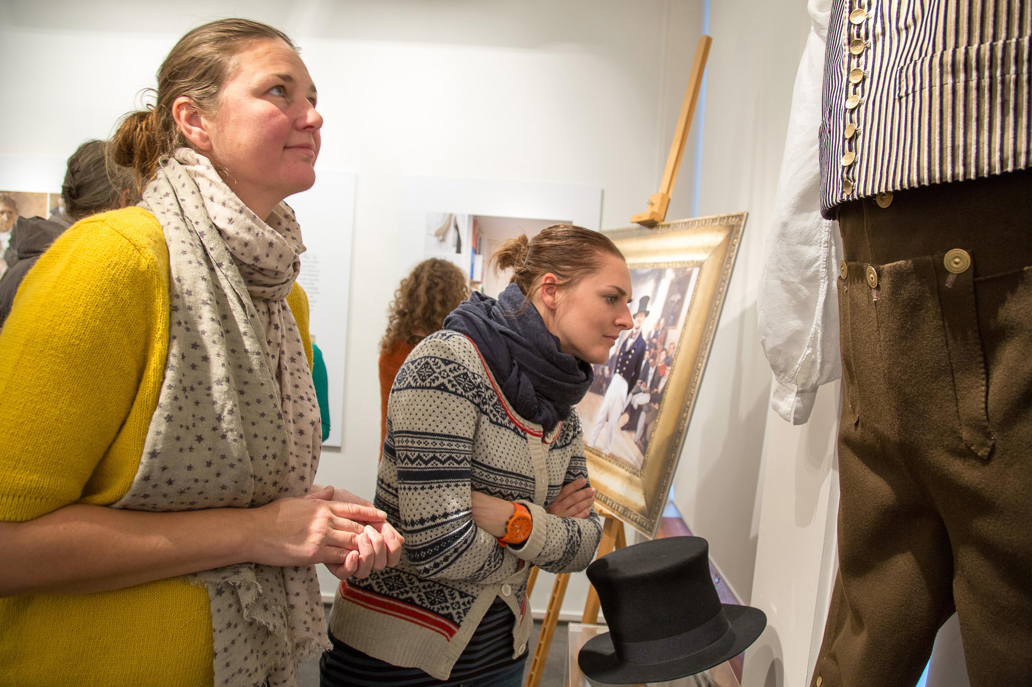 Tuva og Marie beundrer Annys arbeide i Bunadutstilling 1814