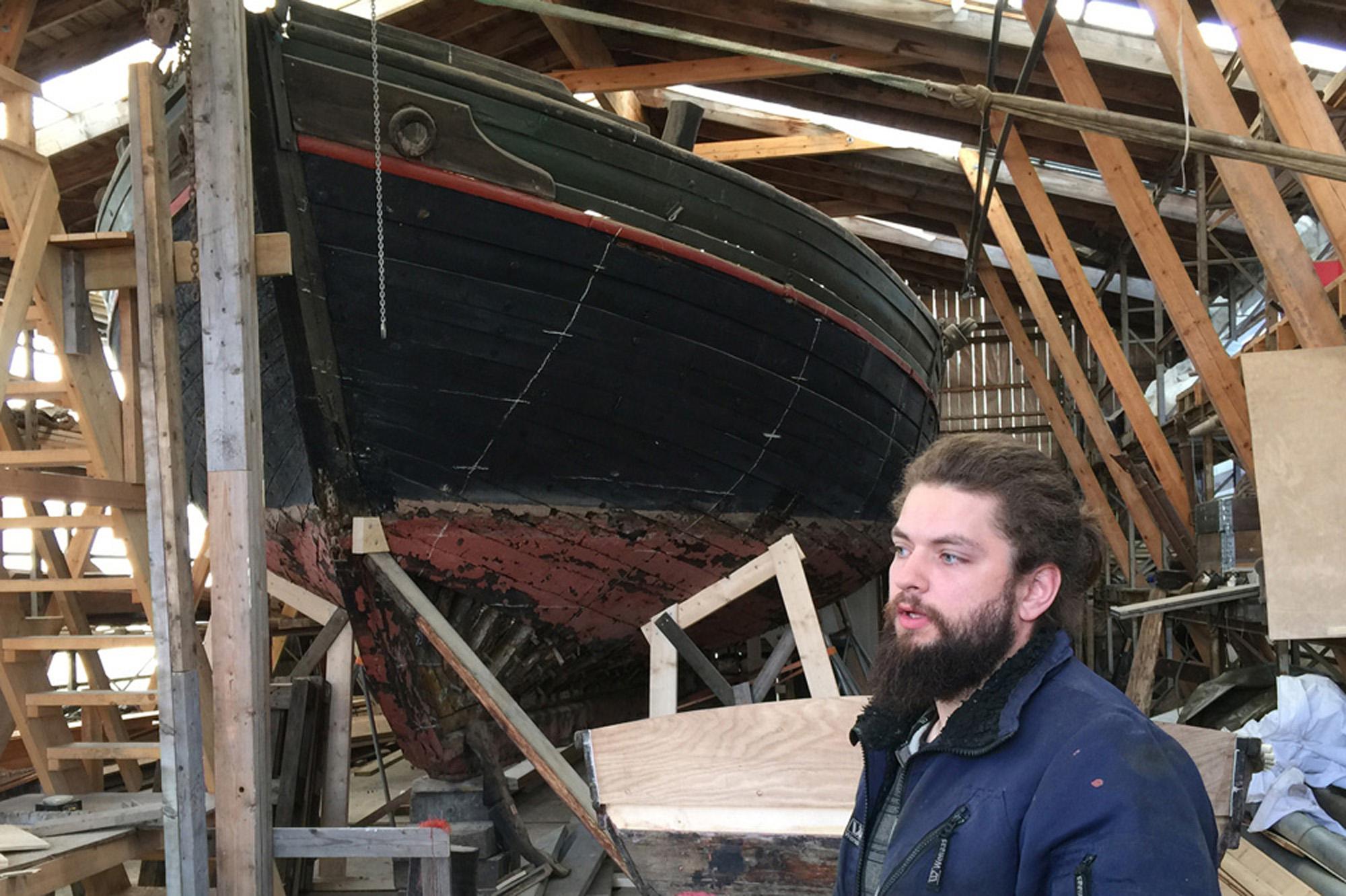 Trebåtbyggerlærling Gudmundur Nordbud foran Jakt Jelse