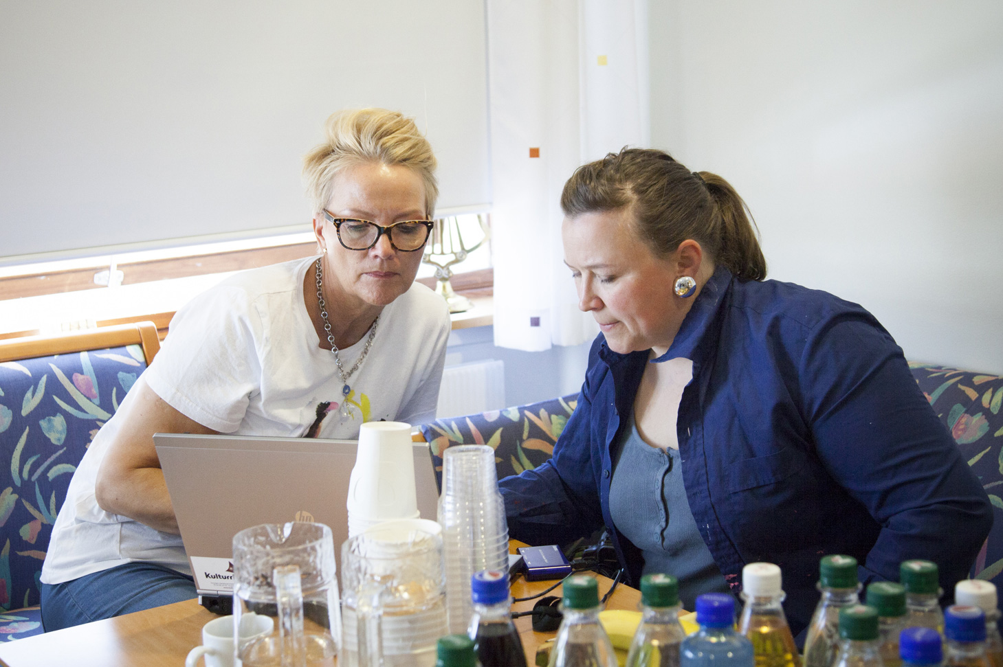 Unni og Kristine klargjør for neste undervisningstime. HMS med risikovurdering av egen bedrift er et utfordrende tema