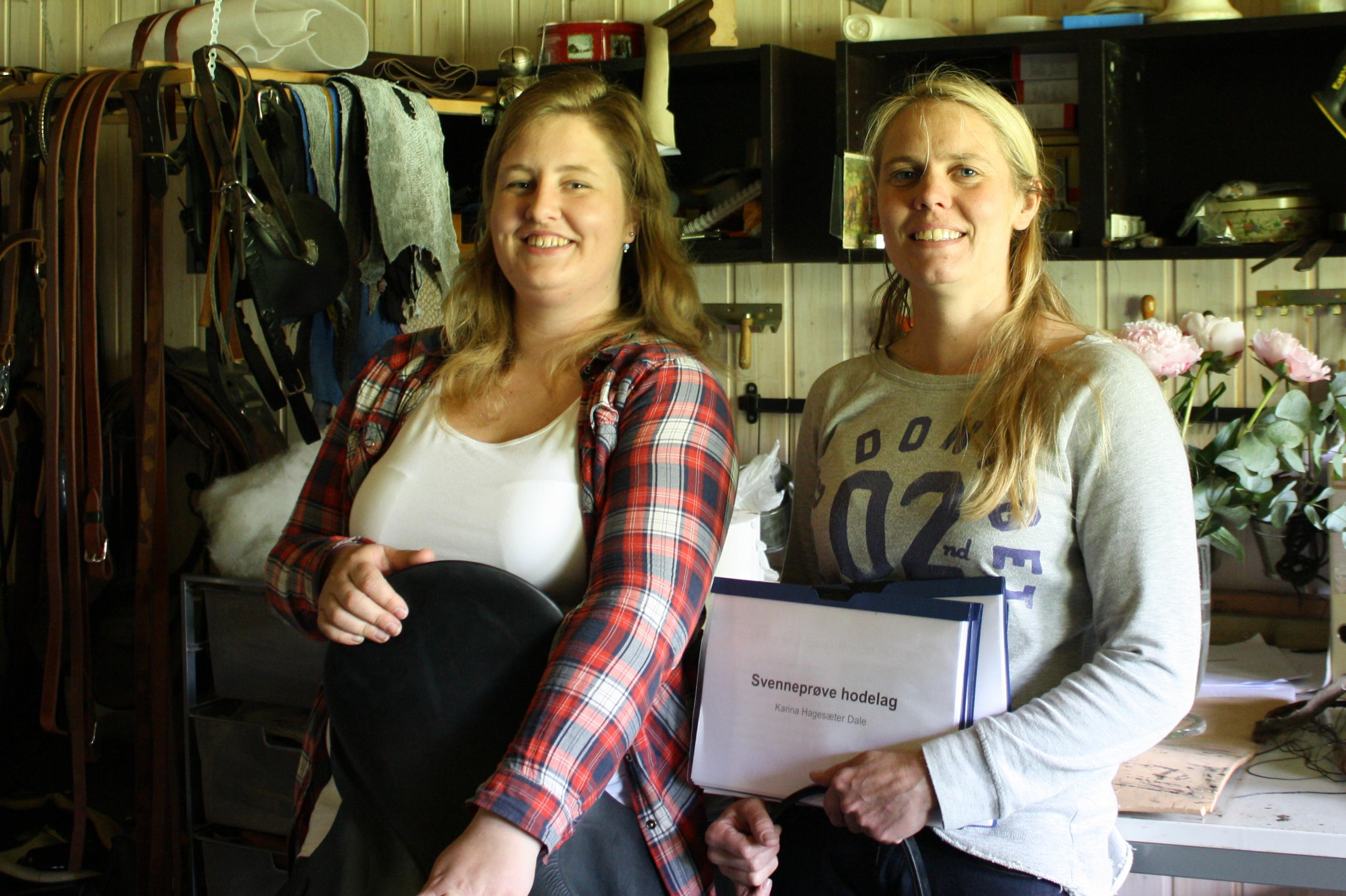 Karina gratuleres med svennebrev etter endt opplæring hos salmaker Jeanette Øyan