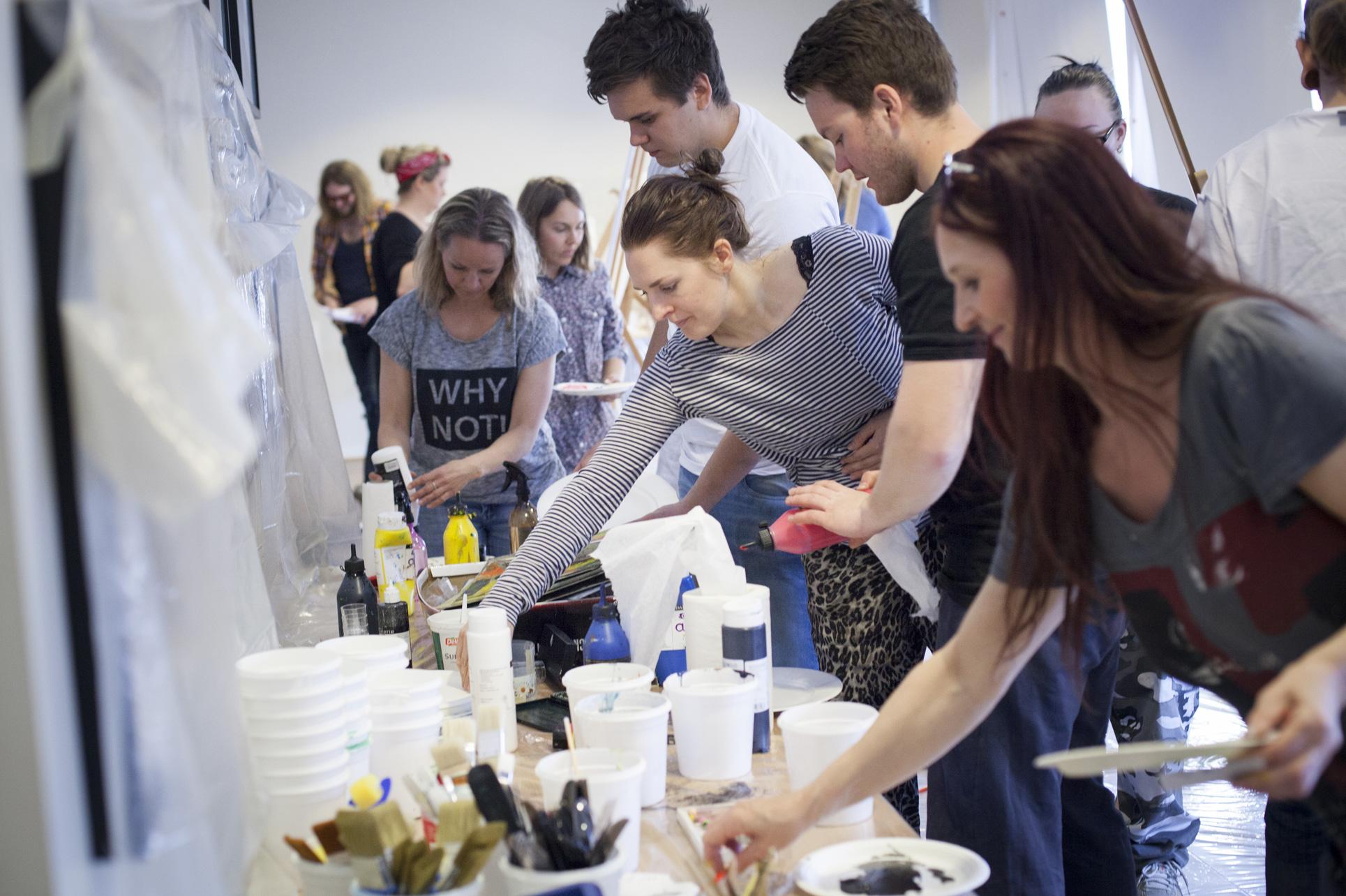 Malesaker plukkes til kreativ maling med lærer Lisbeth Bøen