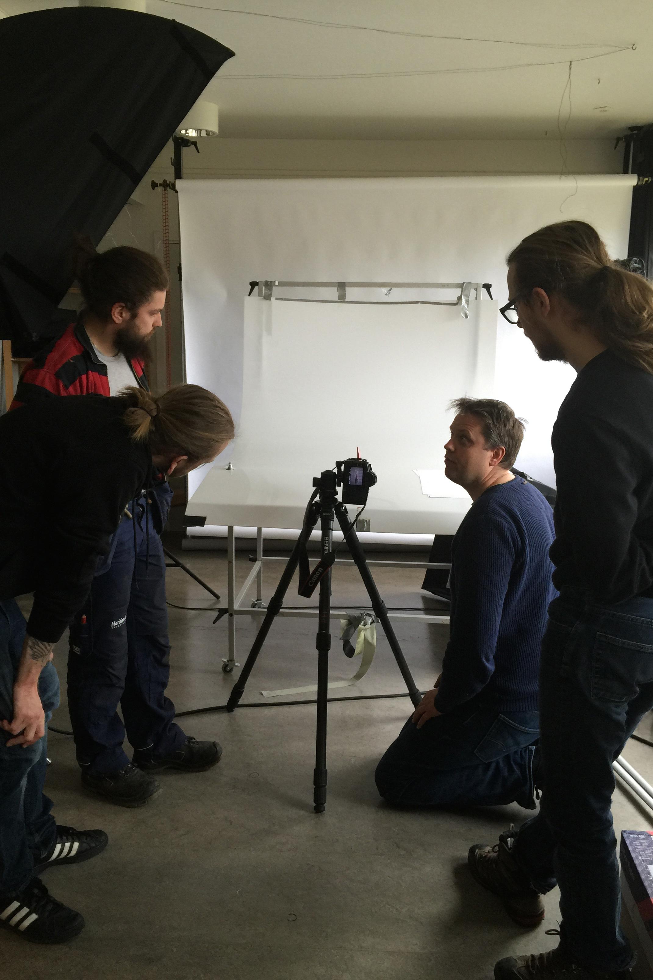Fotoleder Øivind på Akershusmuseet gir lærlingene nyttig lærdom når det skal fotograferes til eget bruk