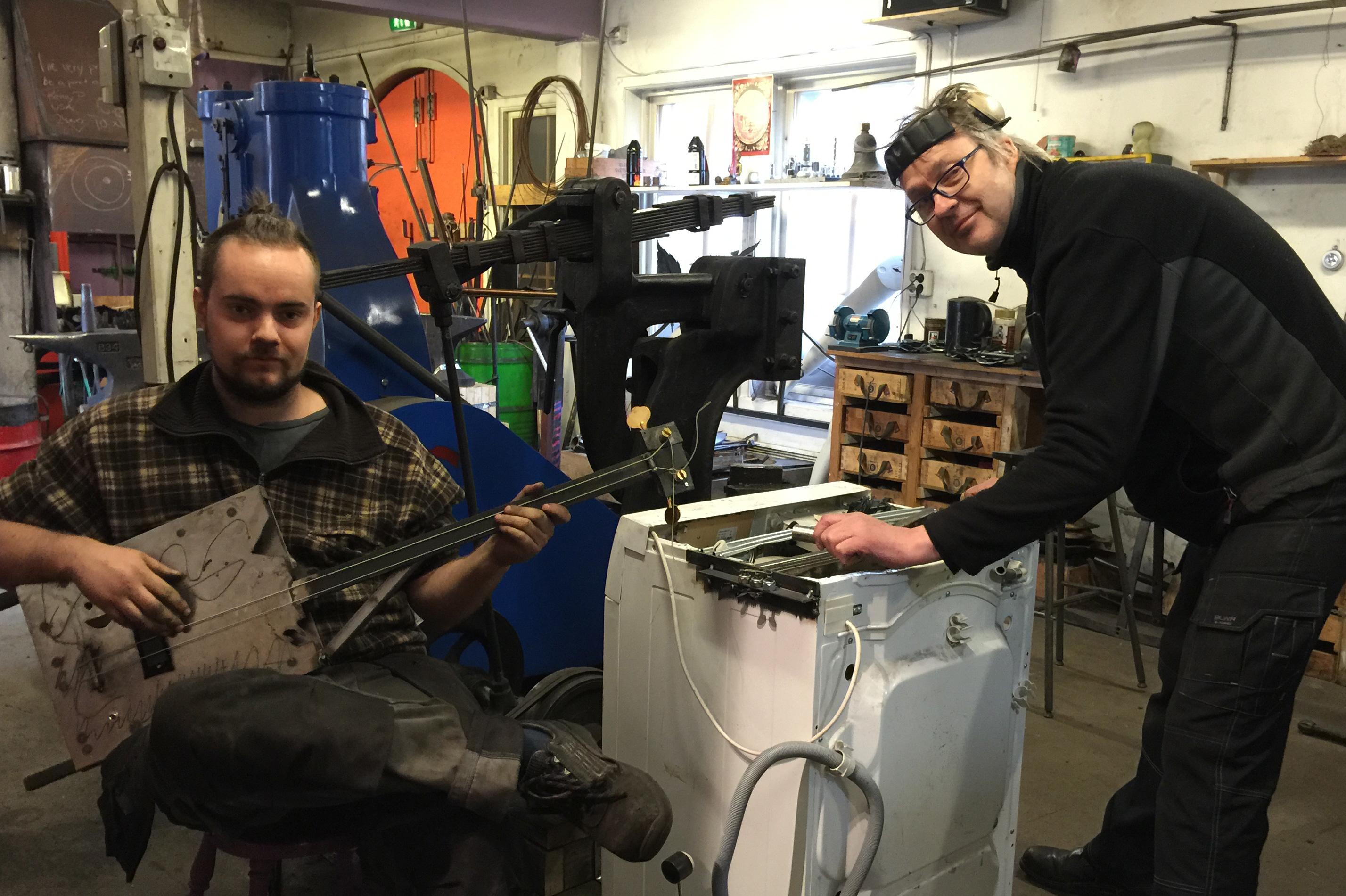 Det blir tid til litt klimpring på selvlagde instrumenter for smedlærling Martin i lære hos Tobbe Malm på Bærums Verk