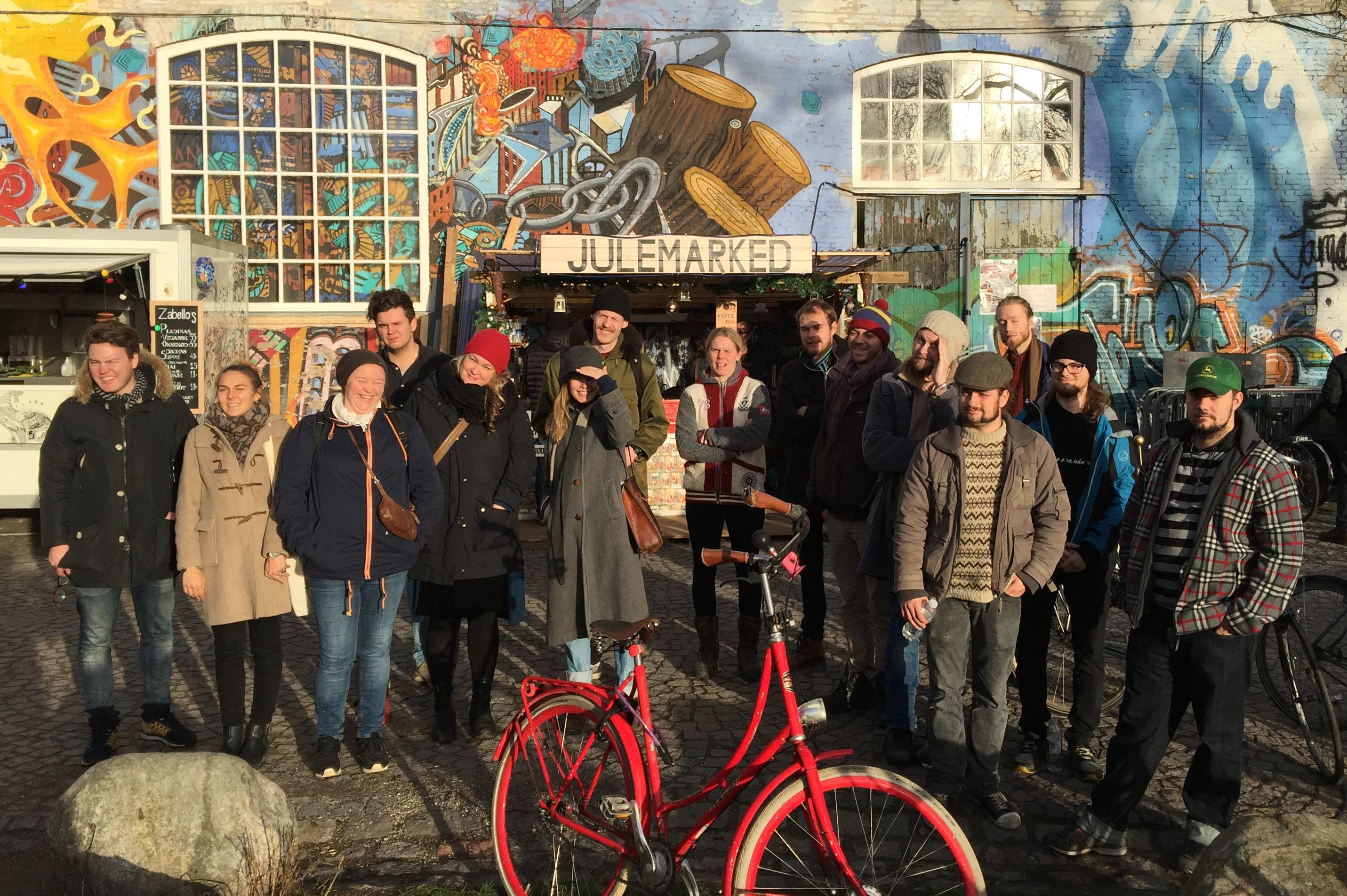 """Besøk på håndverksmarked i den """"grå hal"""" i Christiania. Opplevelsene på vandretur gjennom bydelen var annerledes enn lærlingene hadde forestilt seg når de så de små verkstedene som var etablert der"""