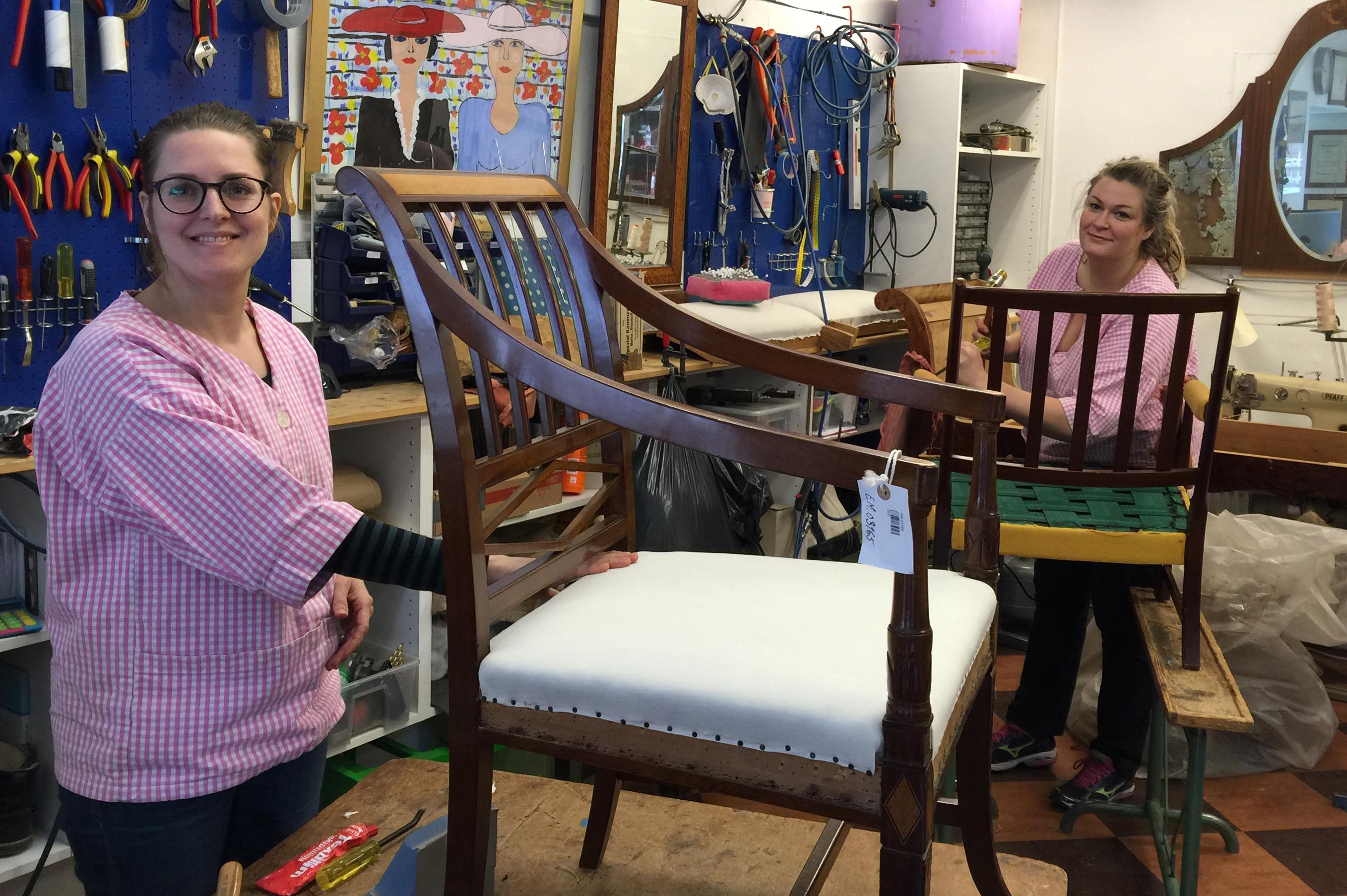 Marie og Charlotta i full sving med møbeltapetsering hos Inger Eide. Marie t.v. er nå ferdig svenn etter 3 1/2 års opplæring