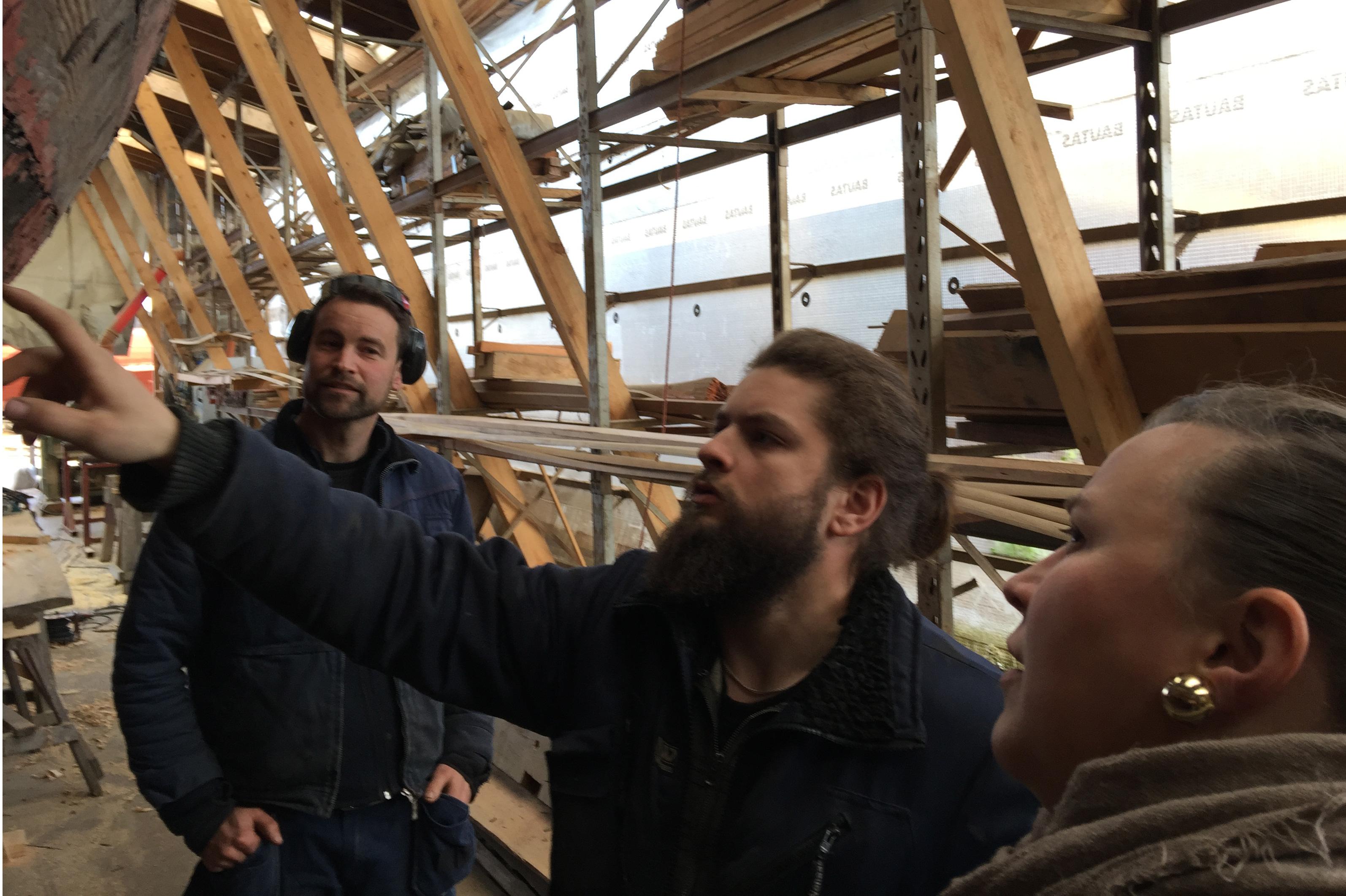 Kulturringens Kristine blir satt inn i trebåtbyggerkunsten på Maritime Center Fredrikstad av fagleder Caspar Hillestad og lærling Gudmundur