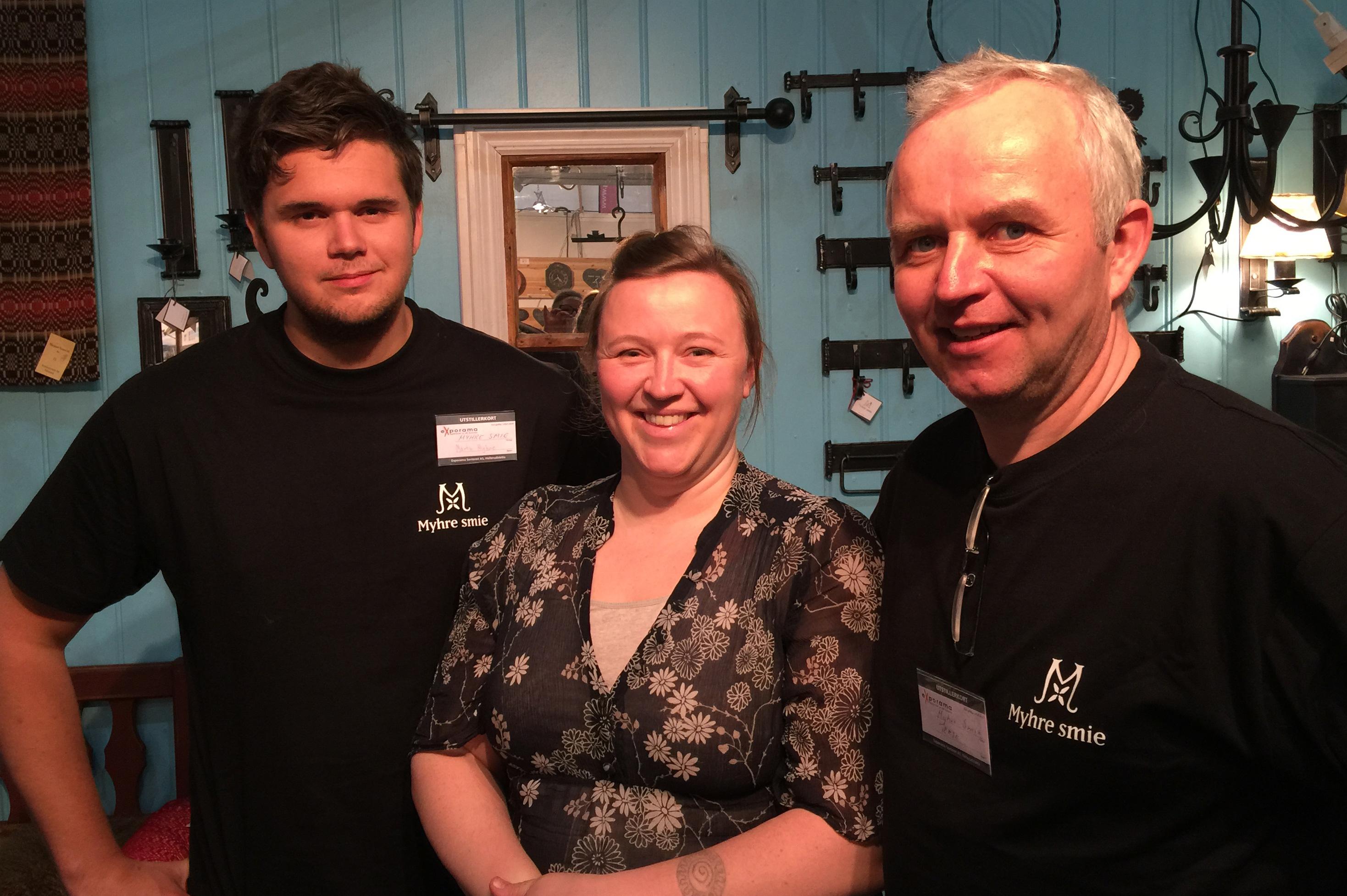 Hyttemessa på Hellerud er i gang med Myhre Smie, her med ærling Martin, Kulturringens Kristine og fagansvarlig Gunnar