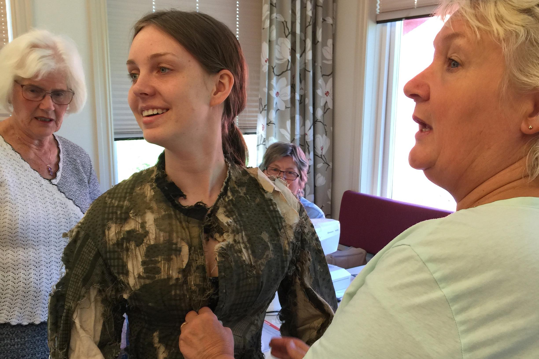Marthe på rekonstruksjonskurs av historiske drakter hvor bunadtilvirker Mona Løkting underviser