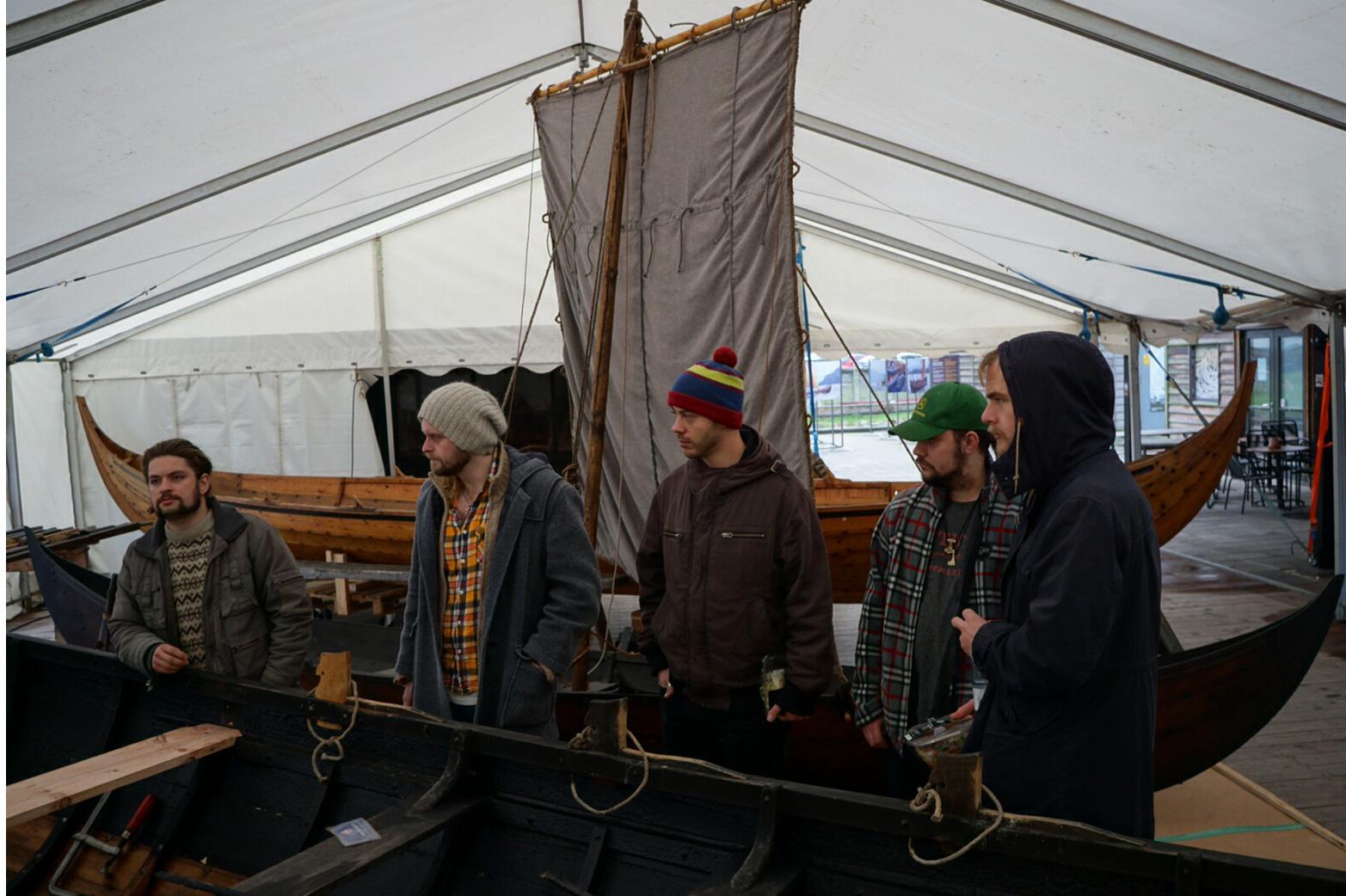 Kulturringens smed- og trebåtbyggerlærlinger tok turen til Vikingskibsmuseet i Roskilde, hvor stedets håndverkere viste vikingbåtenes håndverk og tradisjoner