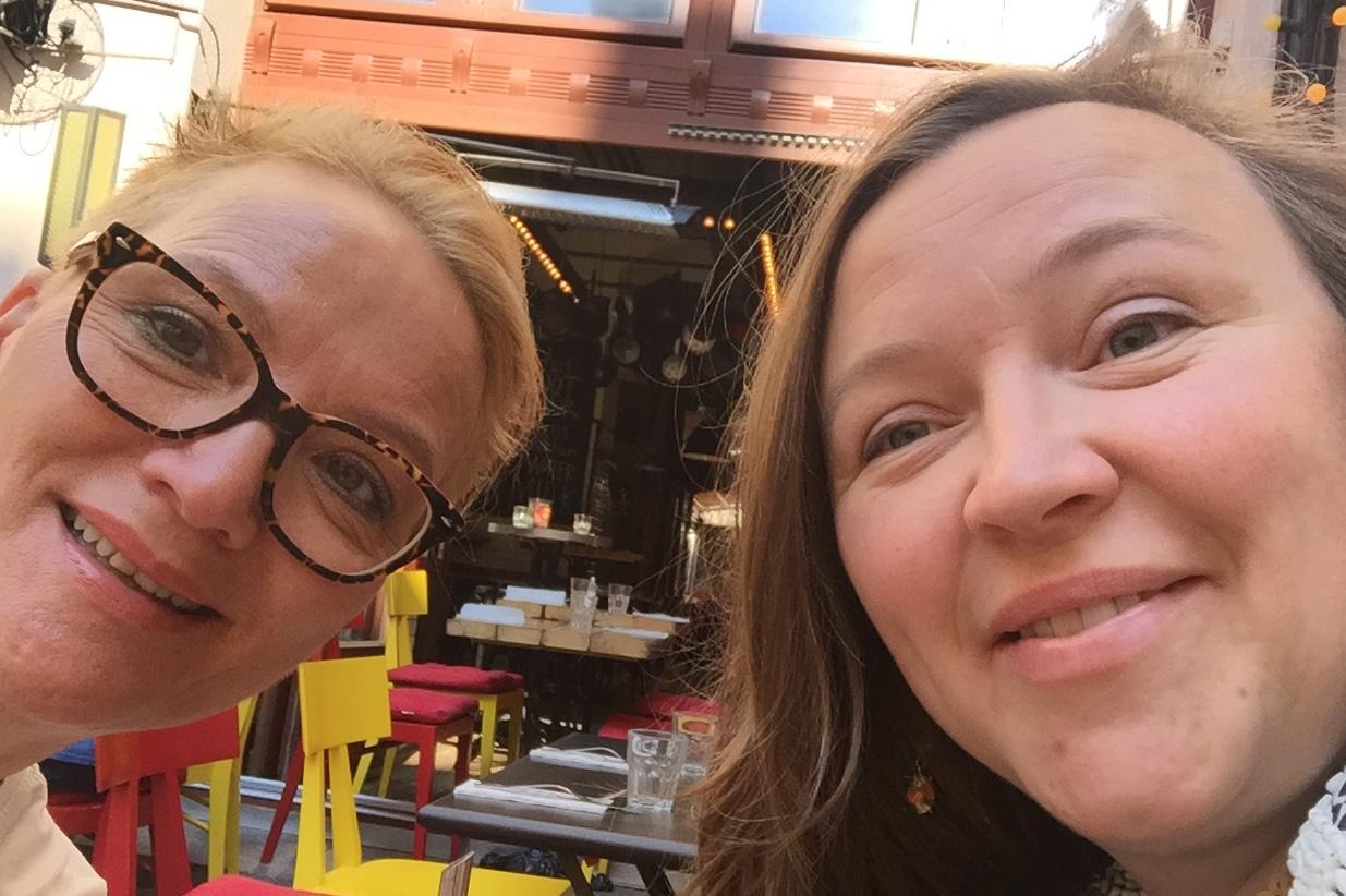 Selfølgelig en selfie fra Kulturringens Unni og Kristine som hilser hjem fra Budapest, der en studietur på Europas største håndverksmesse og vandring i stil- og kulturhistorie forberedes