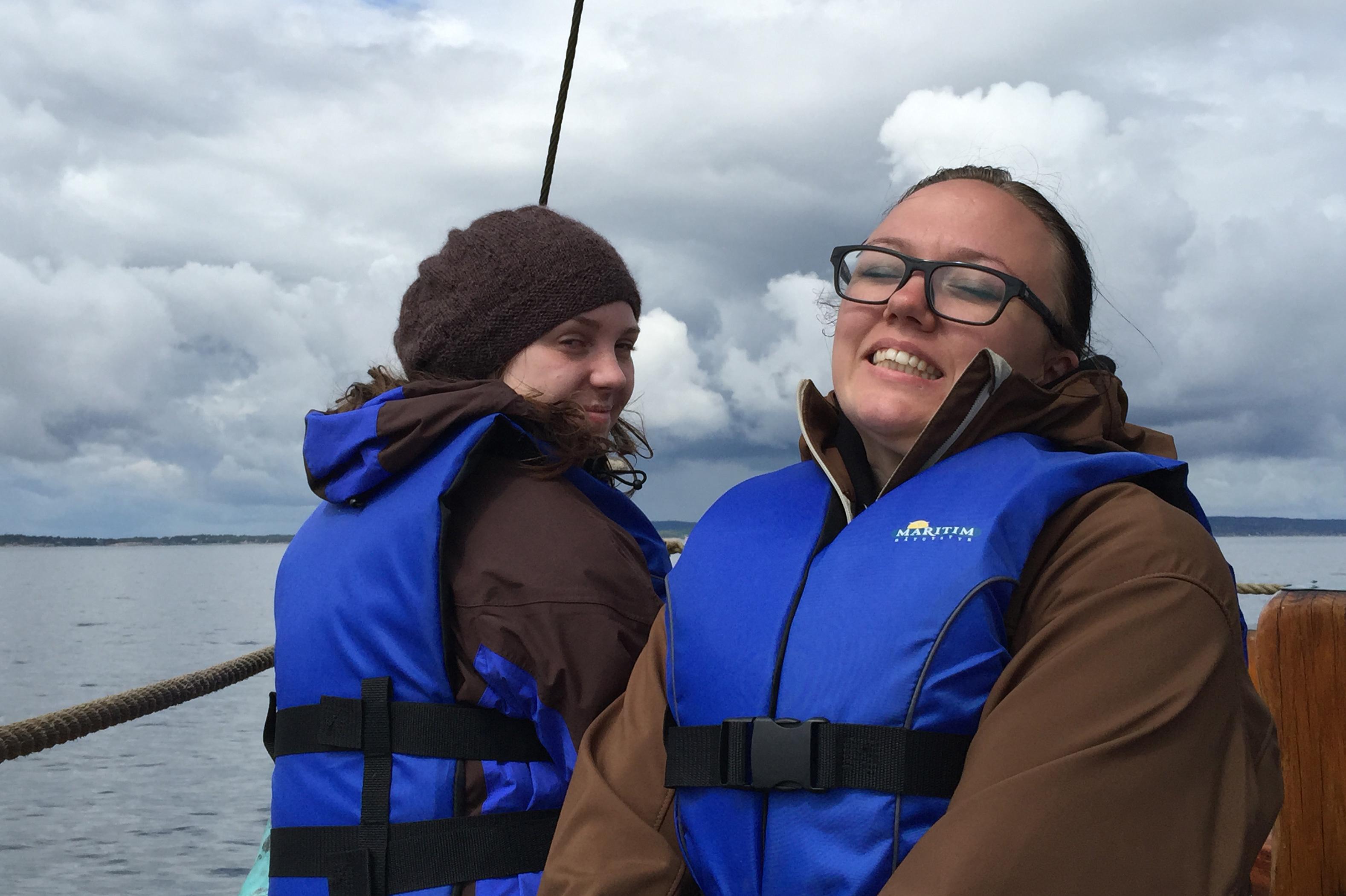 Marthe og May-Liss nyter en tur på sjøen, mens bunadtilvirkerfaget og taksidermistfagets utfordringer får hvile for en dag. Kanskje et fremtidig samarbeid?
