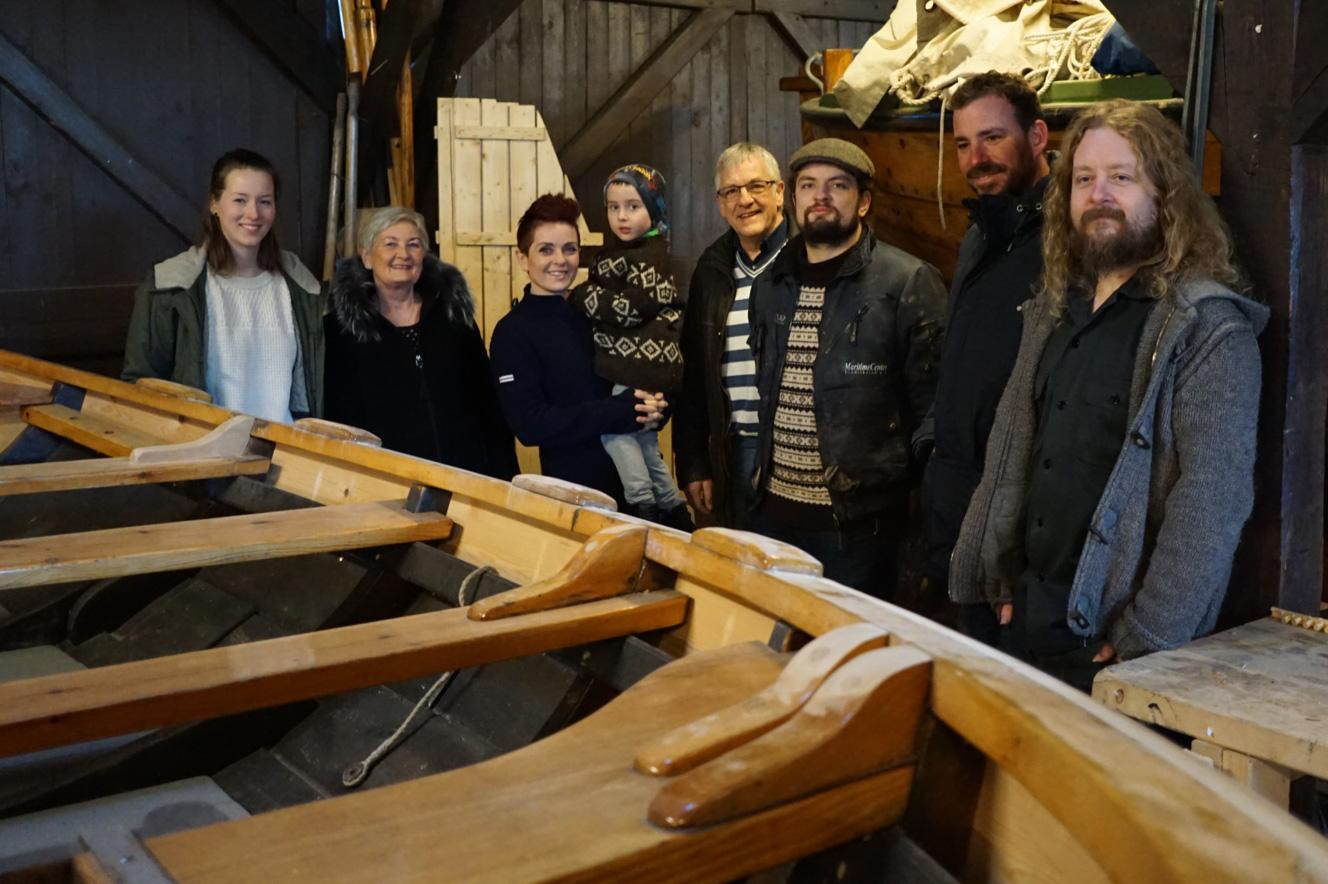 Gudmundur kan endelig tittelere seg som trebåtbygger. Stolt kjæreste og familie beundrer fagprøven og han gratuleres av nemda ved Bjørn Engebregtsen og Stig Aalefjær (t.h)