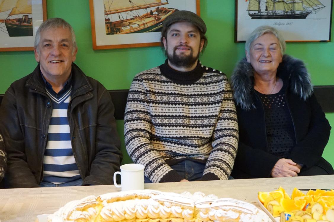 Gudmundurs familie kom fra Færøyene for å feire en ny trebåtbygger i familien. På Færøyene er trebåtbyggerfaget en sterk og levende tradisjon. Tradisjonelle rokonkurranser med trebåter holder trebåtbyggerfaget i hevd. Med fagbrev som trebåtbygger har Gudmundur en flott framtid i vente som tradisjonshåndverker. Kaker og blomster fra Kulturringen, som gratulerer!