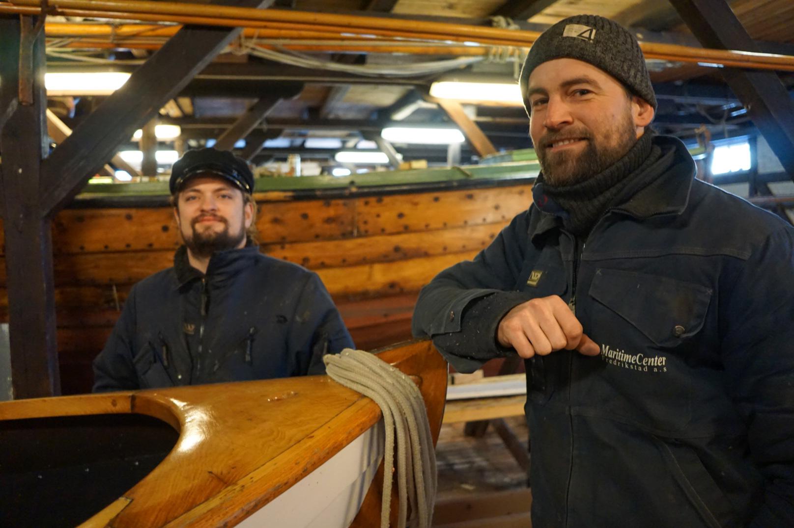Fagansvarlig Caspar Hillestad er fornøyd med lærling Gudmundurs vel gjennomførte fagprøve i trebåtbyggerfaget