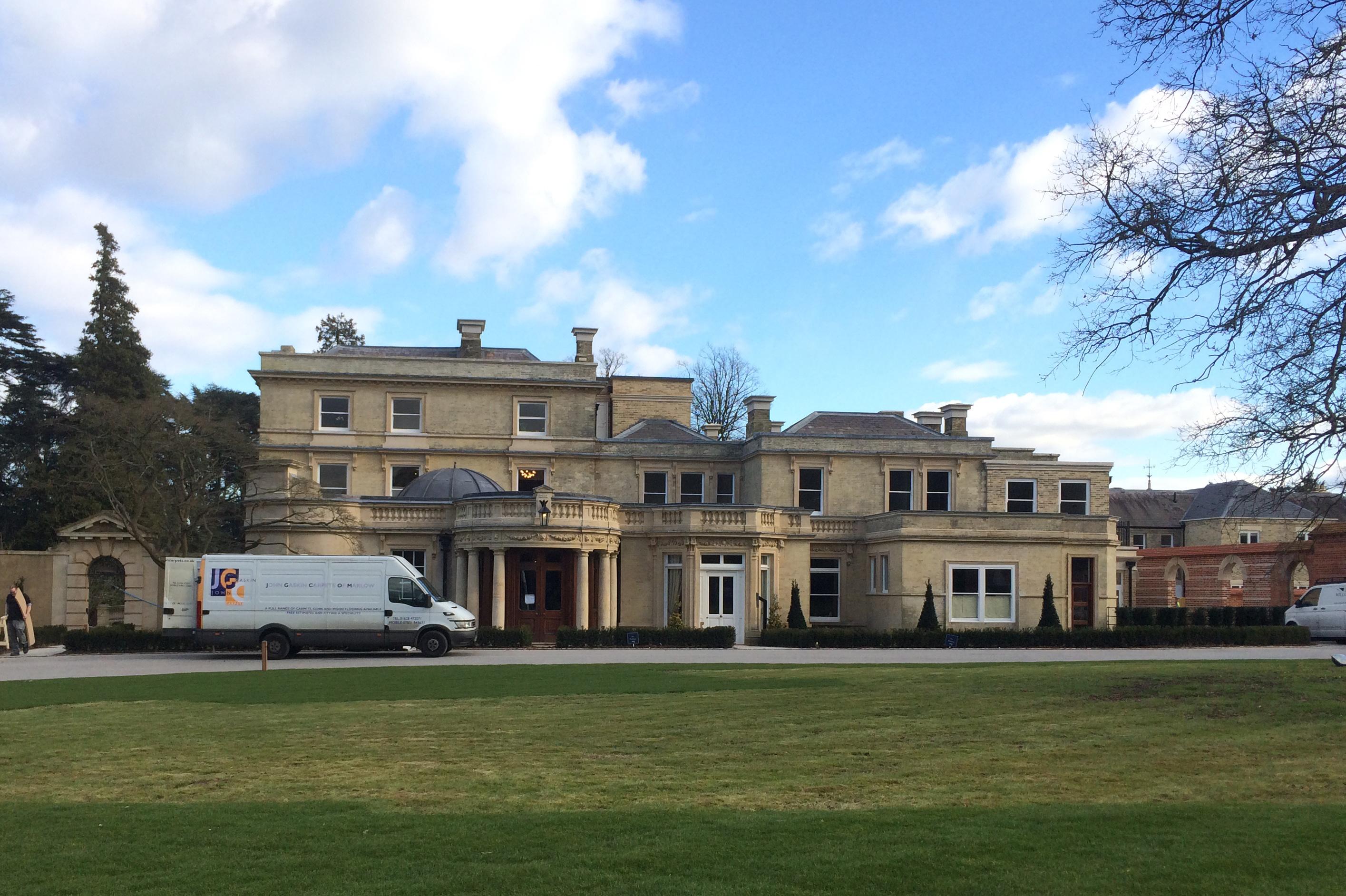 I England er det mange folk med ekstra mye penger, det er bra for Phil. Han har alt for mye å gjøre! Phil jobber mest for interiørarkitekter. Dette huset var vi i i dag.