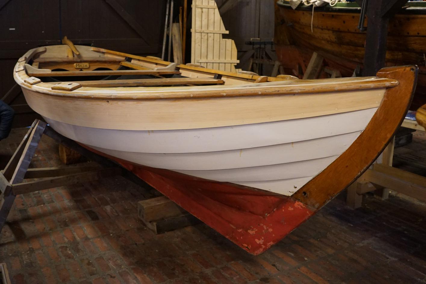 En del av fagprøven besto i å bytte øverste bordgang på hver side av båten