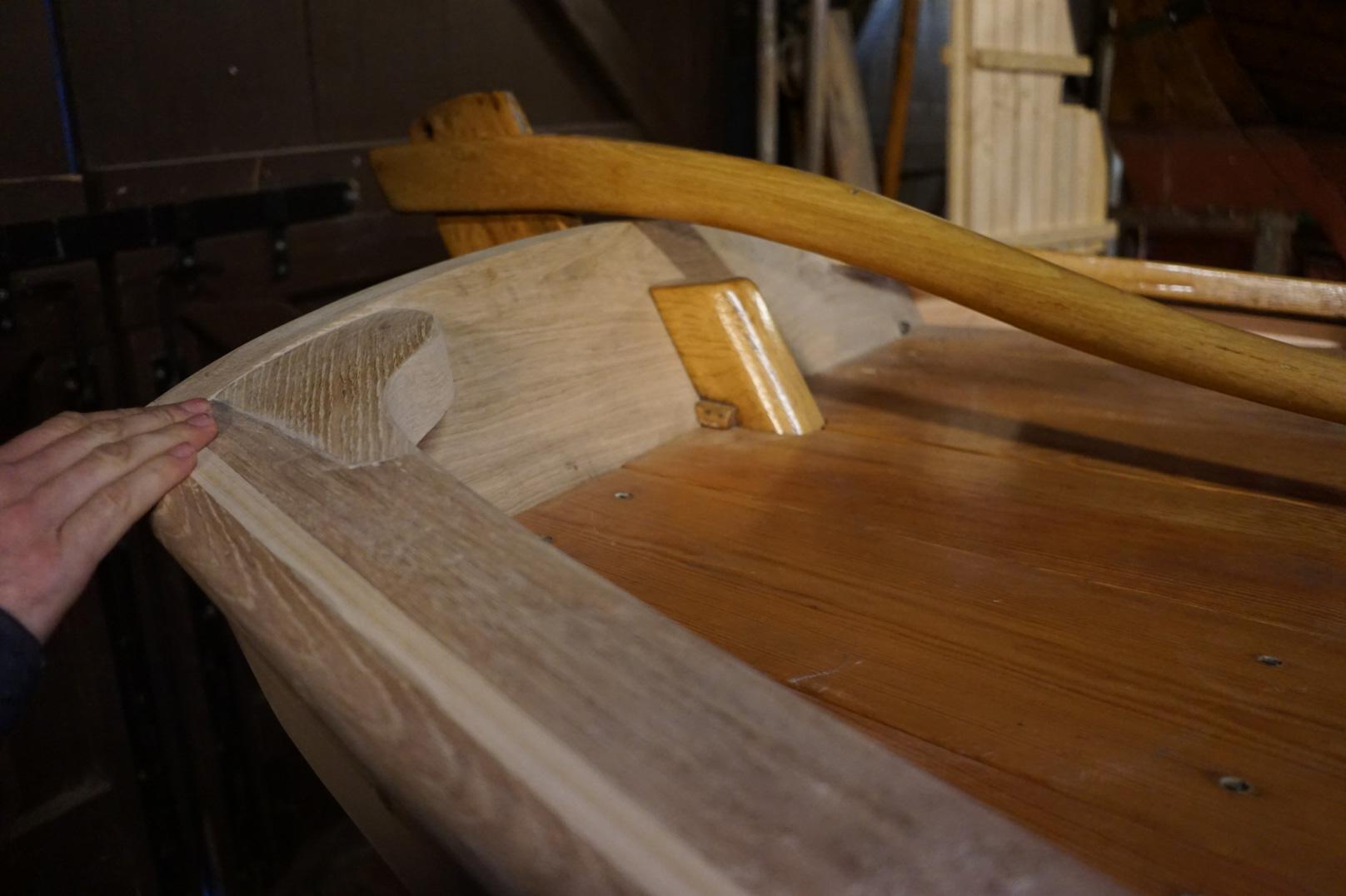 Vi ser fenderlisten er felt fint inn mellom ripa og bordgangene. Her ser vi det bak i båten mot roret