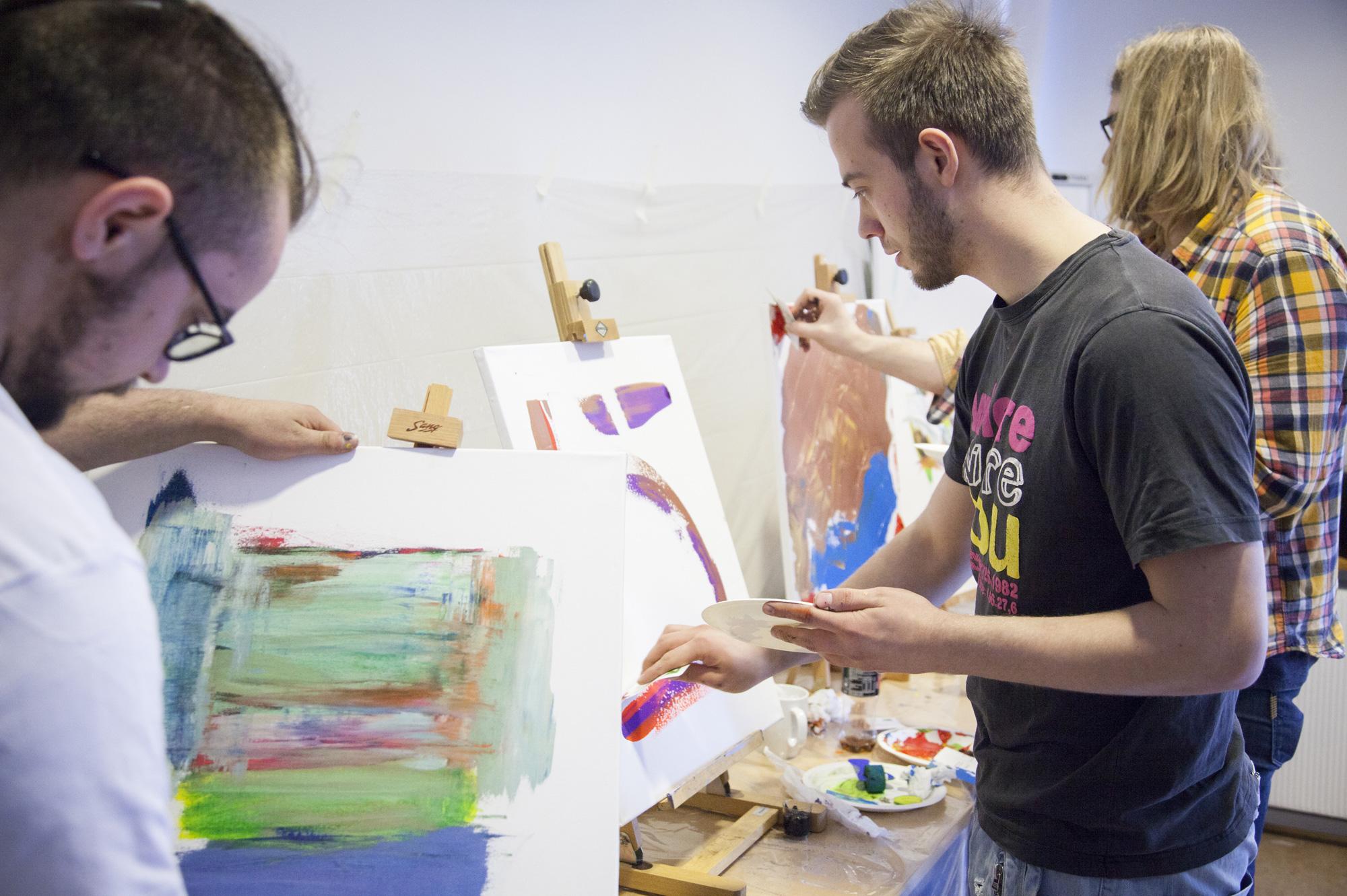 Smeder- og trebåtbyggerlærlinger i felles forståelse for kreativ utfoldelse. Dette skaper samhørighet, noe som er viktig siden opplæringen gjerne foregår i små miljøer.