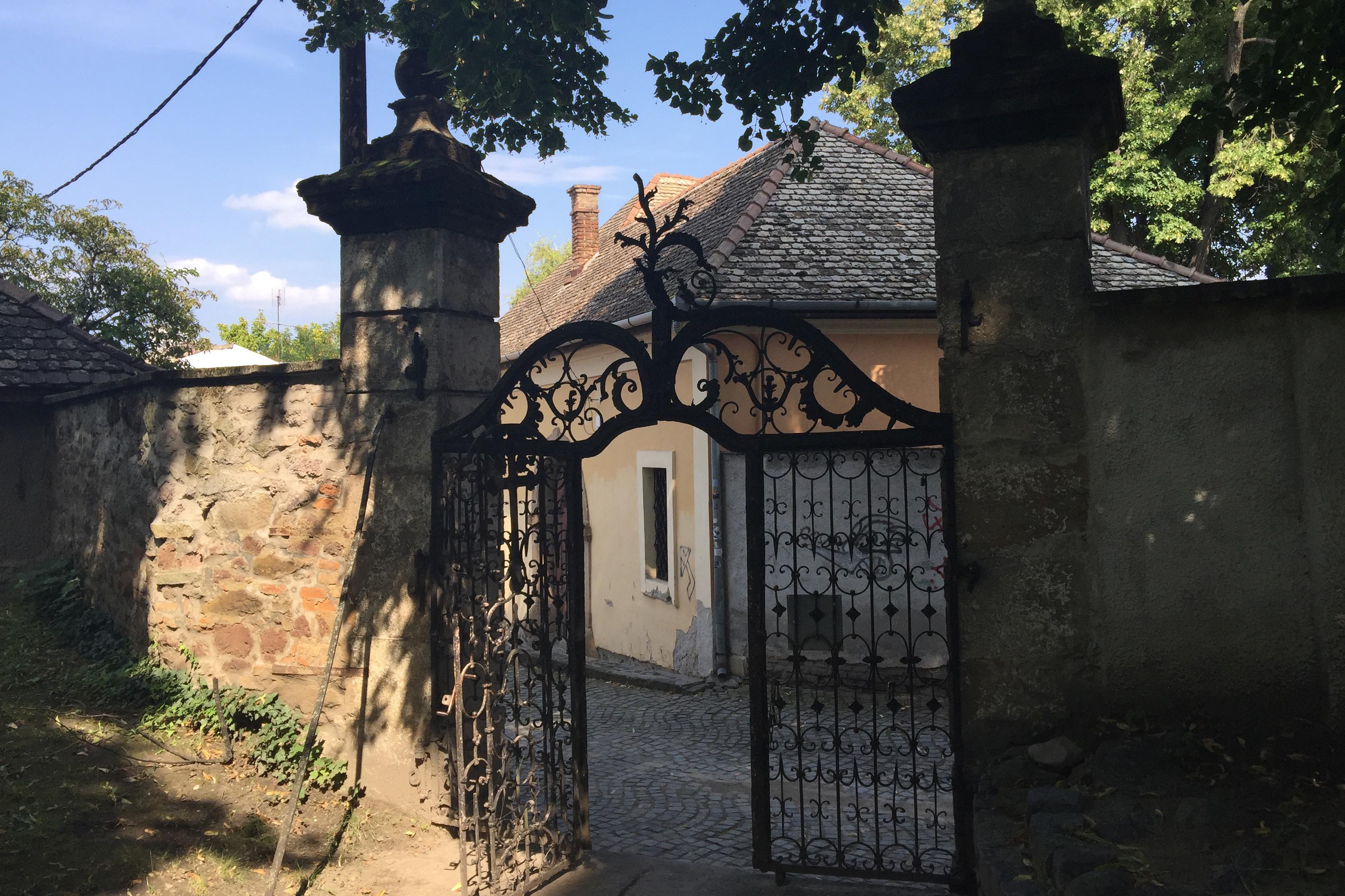 Szentendre bærer preg av å ha huset mange kulturer opp gjennom historien, hvor de levde side om side. Mange flotte håndverksdetaljer finner vi som her en smijernsport.