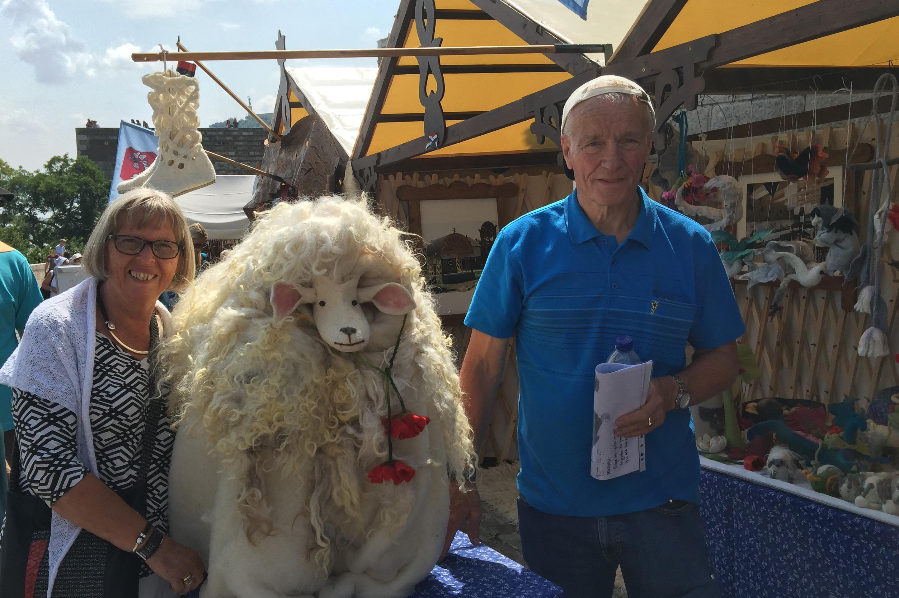Strikkehåndverker og fagansvarlig Gerd Harstad sammen med Faglig råds leder Inge Hasselberg nyter festivalen og alt den har å by på.