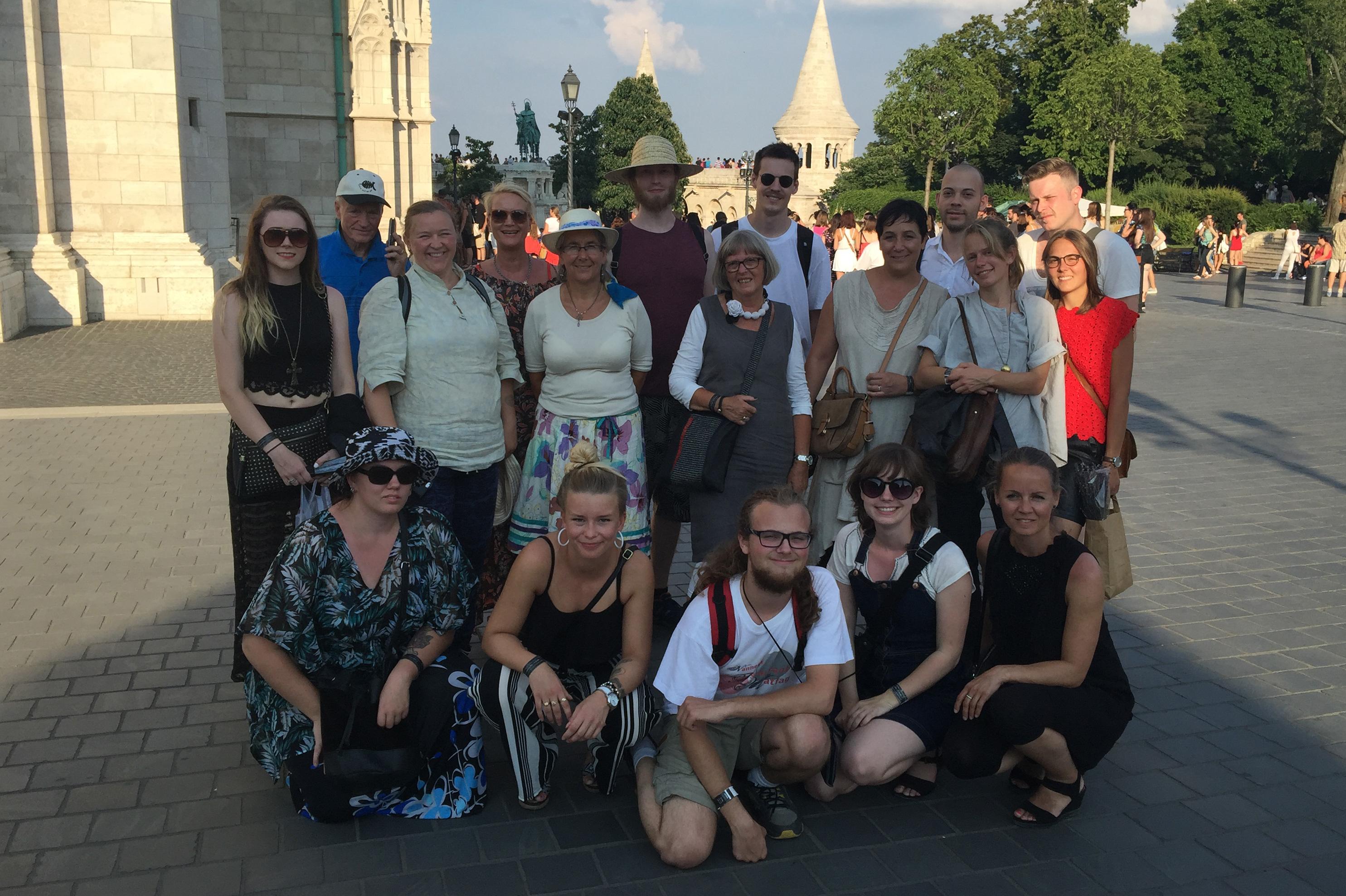 Opplevelsene har stått i kø og inntrykkene har vært mange. En ting som er sikkert er at Budapest-turen for Kulturringens lærlinger har bydd på et stort mangfold – kunst, stil- og kuturhistorie. Sist, men ikke minst – få lov til å oppleve håndverkskulturer og se at det nytter. Her øverst fra venstre Katrine Sagstuen, Inge Hasselberg, Kristine Kandal-Ilagsmoen, Unni Kjus, Hilde Nødtvedt, Anders Hansen, Gerd Harstad, Morten Bjerke, May Tove Lindås Berg, Bjørn Kjus, Kristine Træland, Bjørn Galdal, Henriette Grøndahl. Foran t.v. May-Liss Kristiansen, Eilen Jørgensen, Daniel Røkholt, Marthe Sikkerbøl og Lena Skutbergsveen.