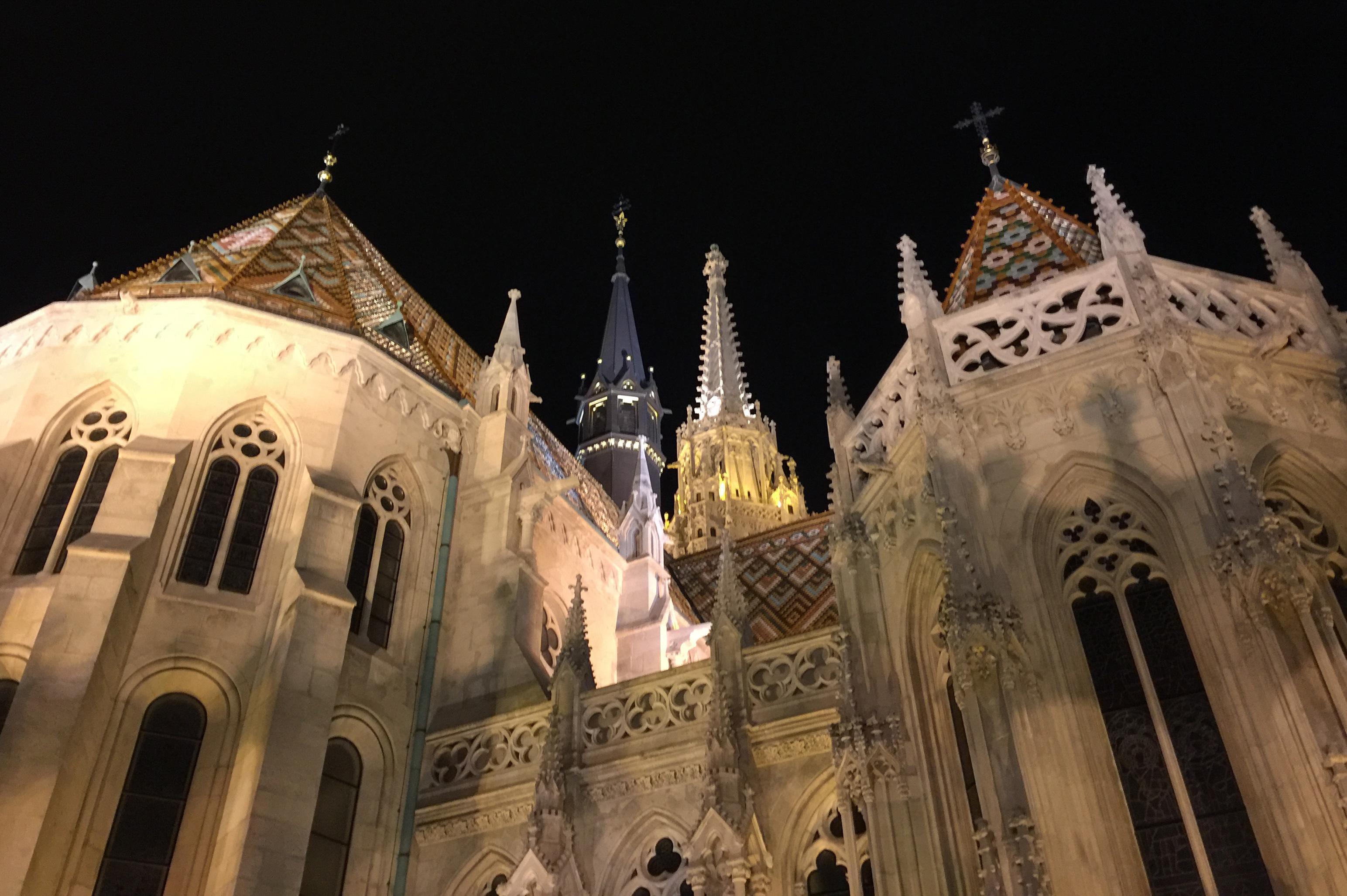 Matthiaskirken, den mest velkjente katolske kirken i Budapest ble først bygget på 1000-tallet, ble etterhvert bygget på i forskjellige tidsepoker på 13-1500 tallet. Den fikk sin nåværende form i nygotisk stil i 1896. Legg merke til det flotte taket som er i keramikkfliser, noe som vi ser på flere bygninger i Budapest og er den særegne Art Deco-stilen i Ungarn.