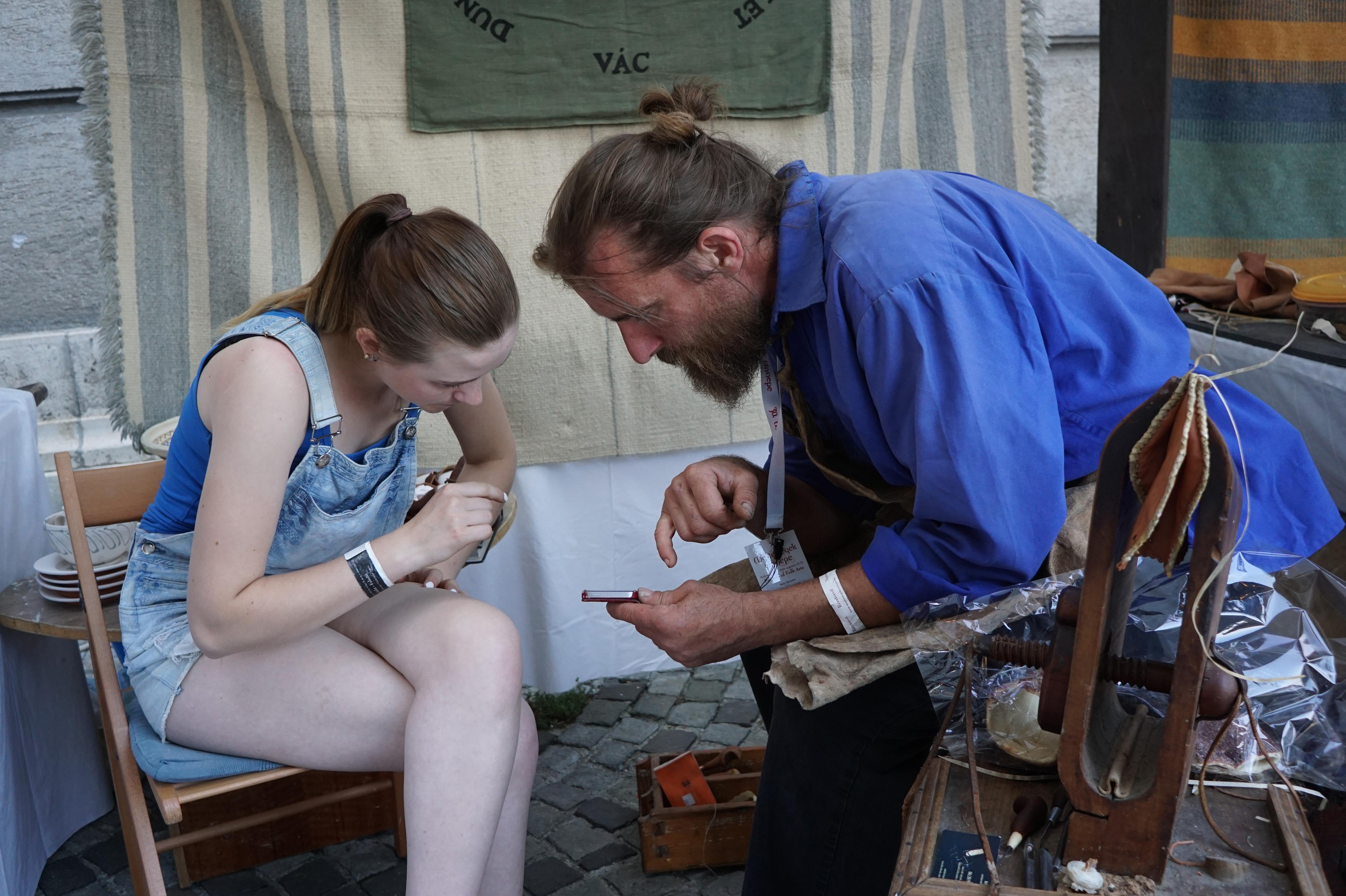 Salmakerlærling Katrine traff på en mester i faget. Benedek Sáfar har arbeidet med rekonstruksjoner av historikse saler og for den engelske garden. Katrine håper på en utveksling slik at hun kan lære enda mer i faget. Benedek var også glad for å møte faglig interesse og utveksle kontakt på tvers av landegrensene.