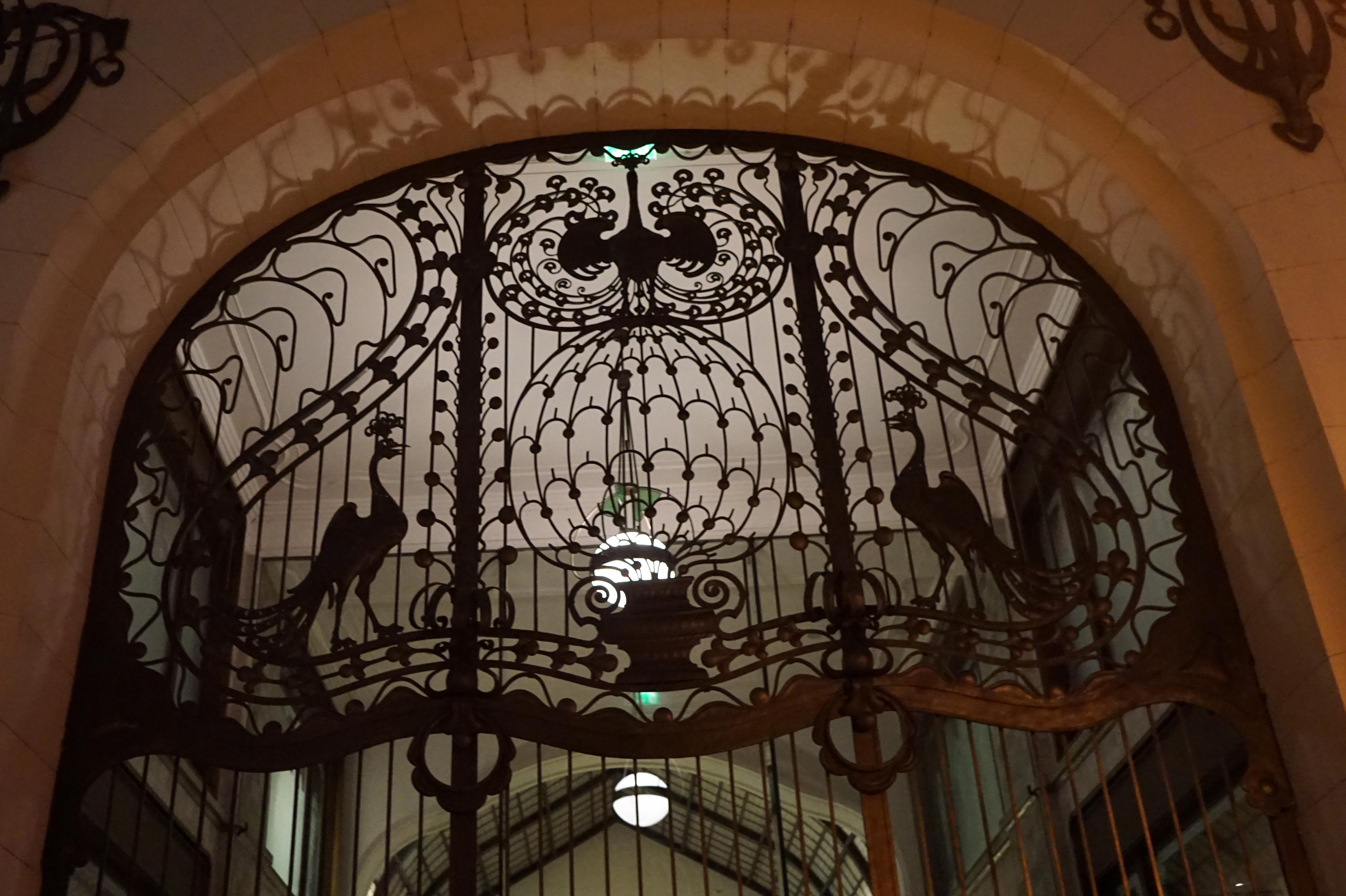 Art Noueau stilen på begynnelsen av 1900 tallet ble sterkt influert fra kunstnerene i Wien, da Ungarn på denne tiden var i union med Østerrike. Kunstnere og arkitekter tok stilen med seg hjem til Ungarn, skapte sin egen transylvanske stil baserte på den tradisjonelle folklorekunsten, som med sin særegne fargebruke var utbredt i landet. Kunstneren Lajos fikk utfolde seg, og i dag kan vi finne mange av hans arbeider i Budapest, som her smijernsporten på det ekslusive hotellet Gresham Palace.