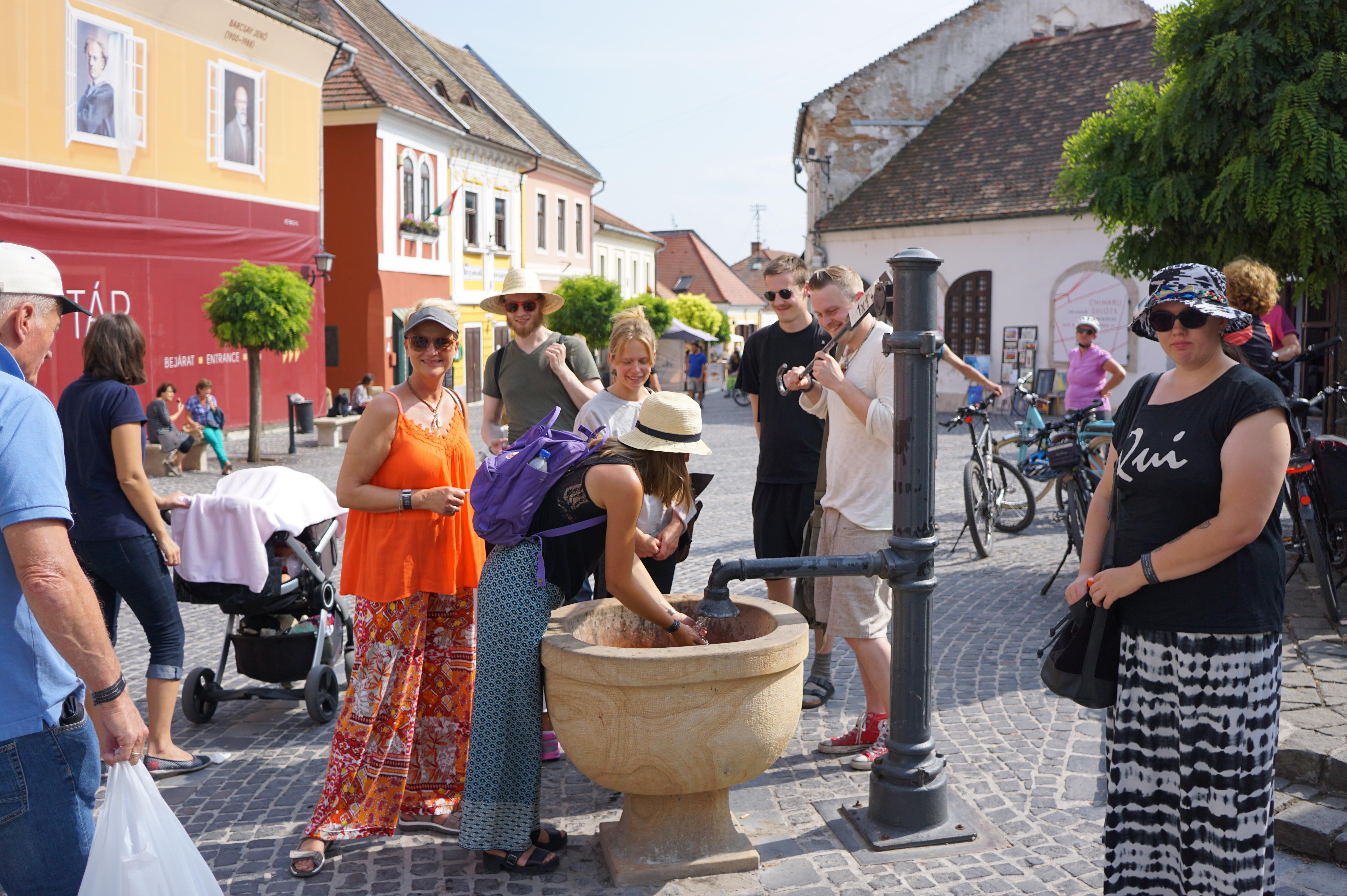 Szentendre er en bitte liten by, men har hele 7 forskjellige kirker i sentrum, deriblandt en flott barokk-kirke. Med pittoreske smug, gater og bebyggelse er byen en opplevelse og et besøk verdt. Etter en behagelige sightseeng på Donau, ankommer vi Szentendre, som på slutten av 1800-tallet ble til enen kunstner- og håndverkskoloni. I dag har turistene innvadert byen, men det finnes fremdeles mange spennende atelieer, gallerier og museer.