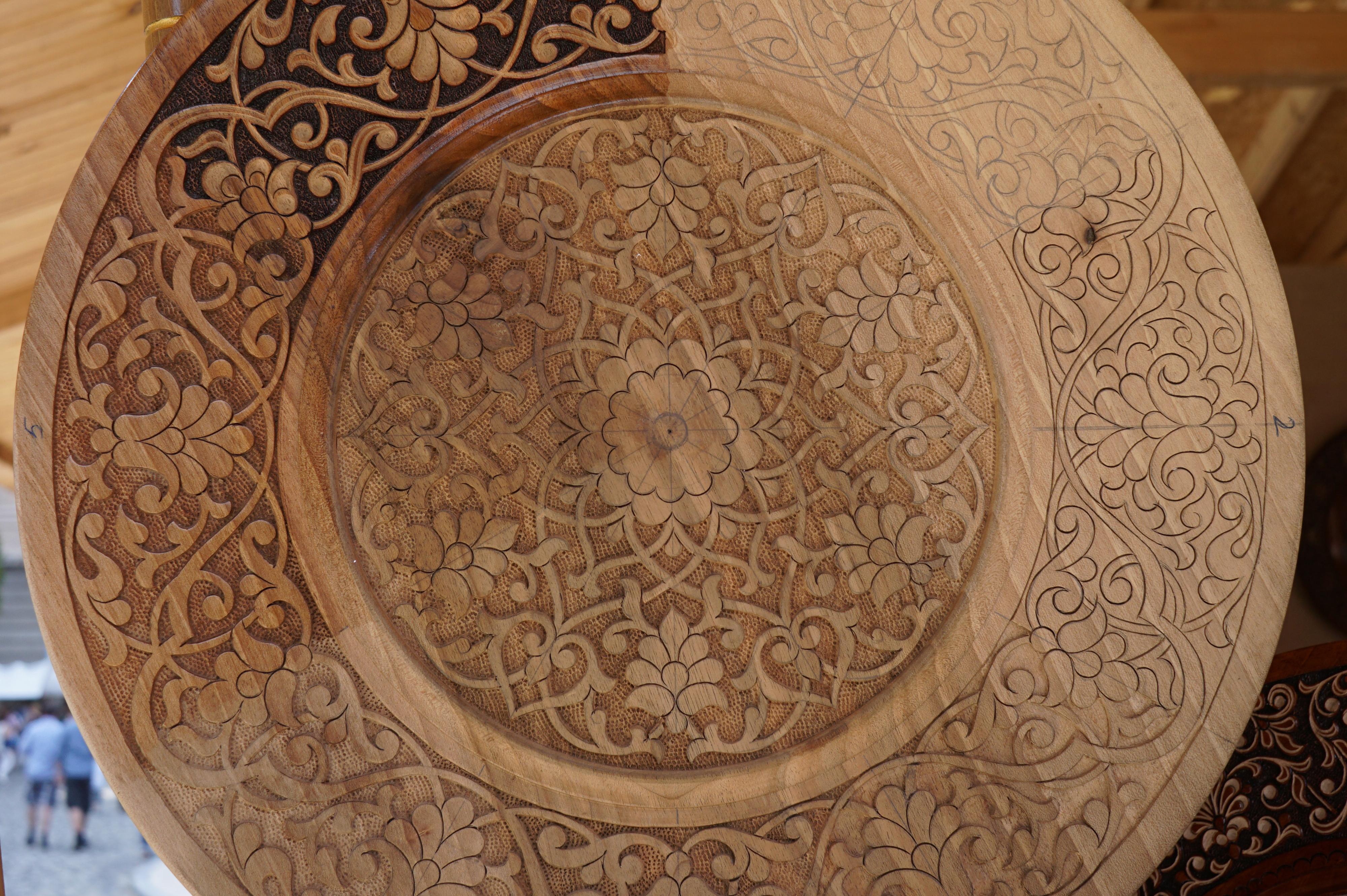 Nydelig utskåret trearbeide i transylvansk motiv, med lotusblomsten som er et av de nasjonale symbolene som går igjen i all folklore.
