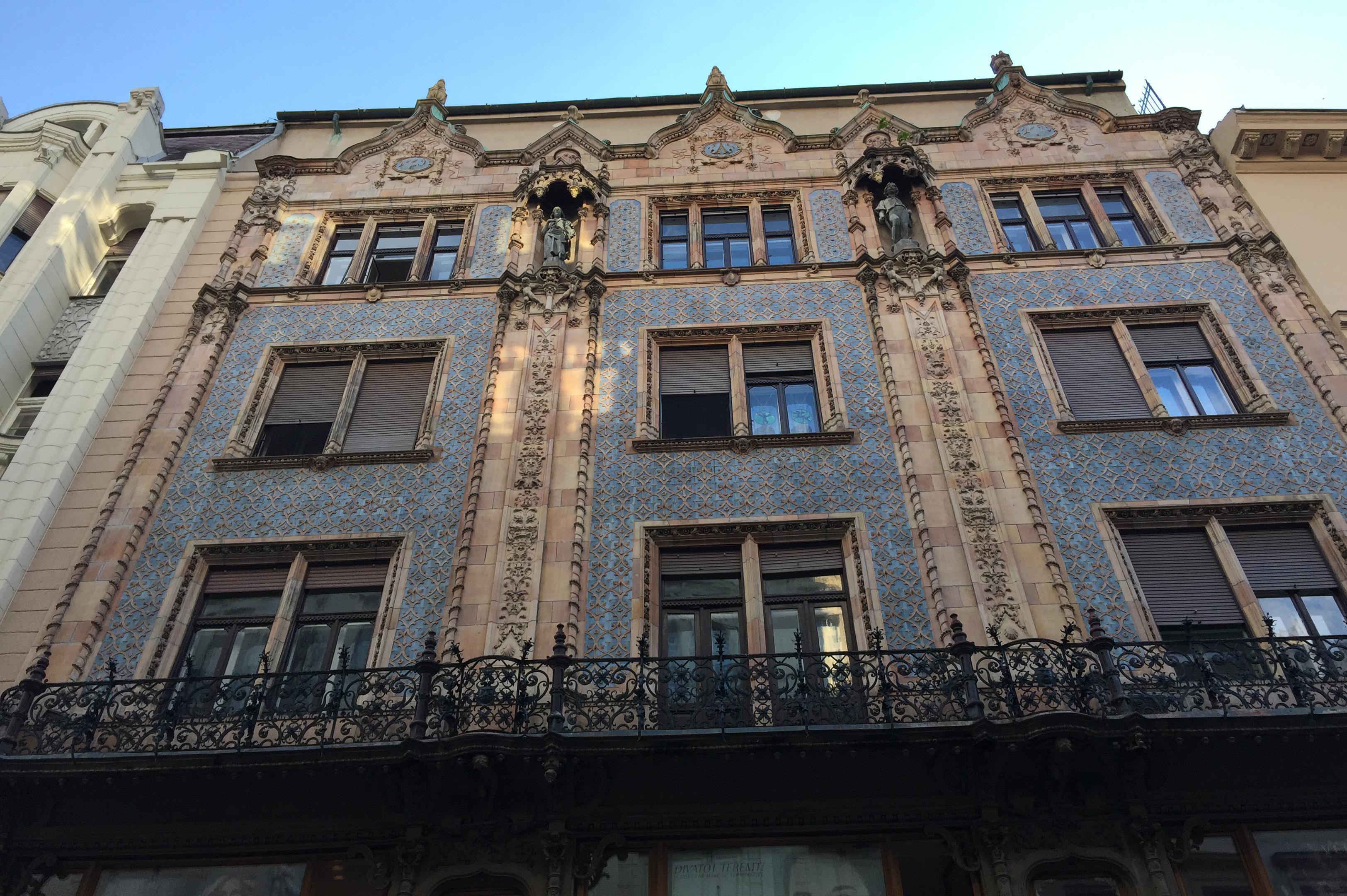 Art nouvau har hatt en stor innflytelse i Budapest, hvor det også er tillagt fantastiske keramikkarbeider, smijern og skulpturer.