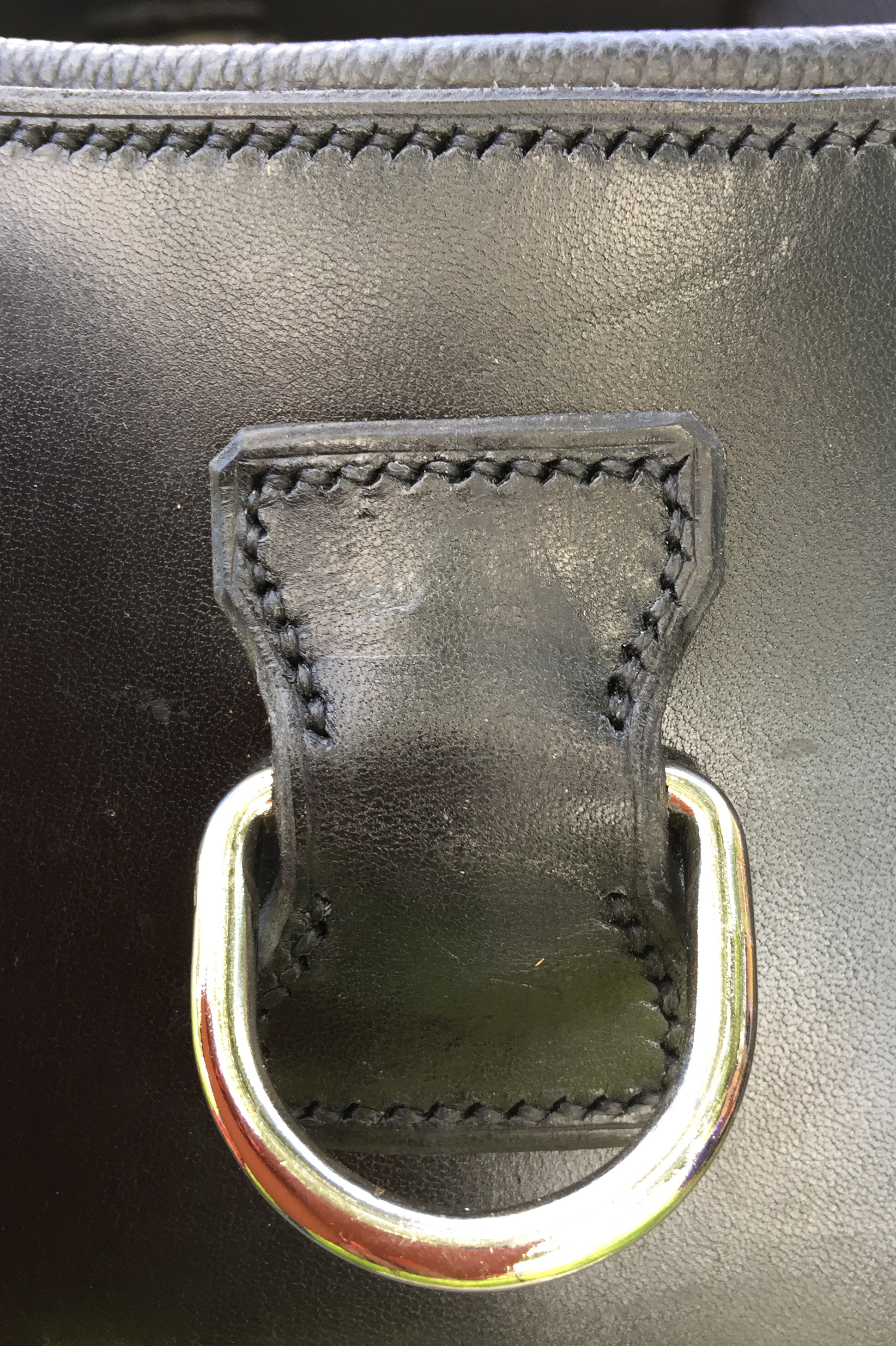 Katrine bruker Norsk prima lær og møbellær som er det beste på markedet. Læret skal skjæres etter arbeidstegning, kantskjæres og påsys kantebånd. Salmakersømmen skal være nøyaktig, solid og utføres for hånd. Det brukes syl og sterk vokset tråd. Putene blir stoppet med ekte hestehår og filt. Tømmeringene blir naglet på og D-ringer syes inn med stor nøyaktighet. Det settes store krav til riktig verktøybruk for å få topp resultat.